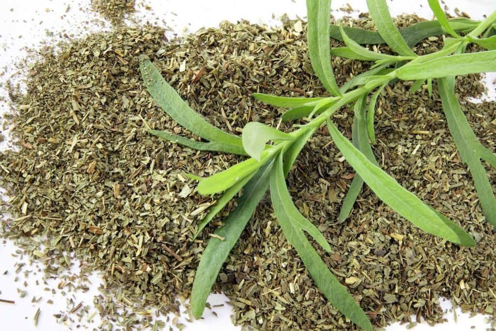 https://www.spiceography.com/wp-content/uploads/2018/10/dried-tarragon-vs-fresh-tarragon.jpg